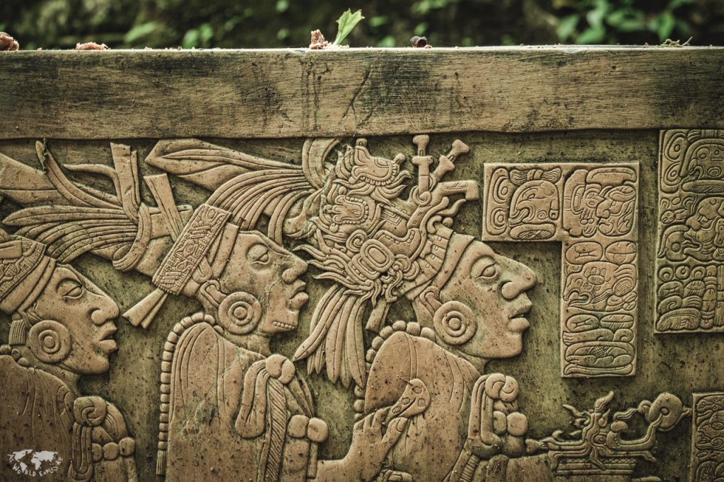 マヤ遺跡に残る石彫レプリカ