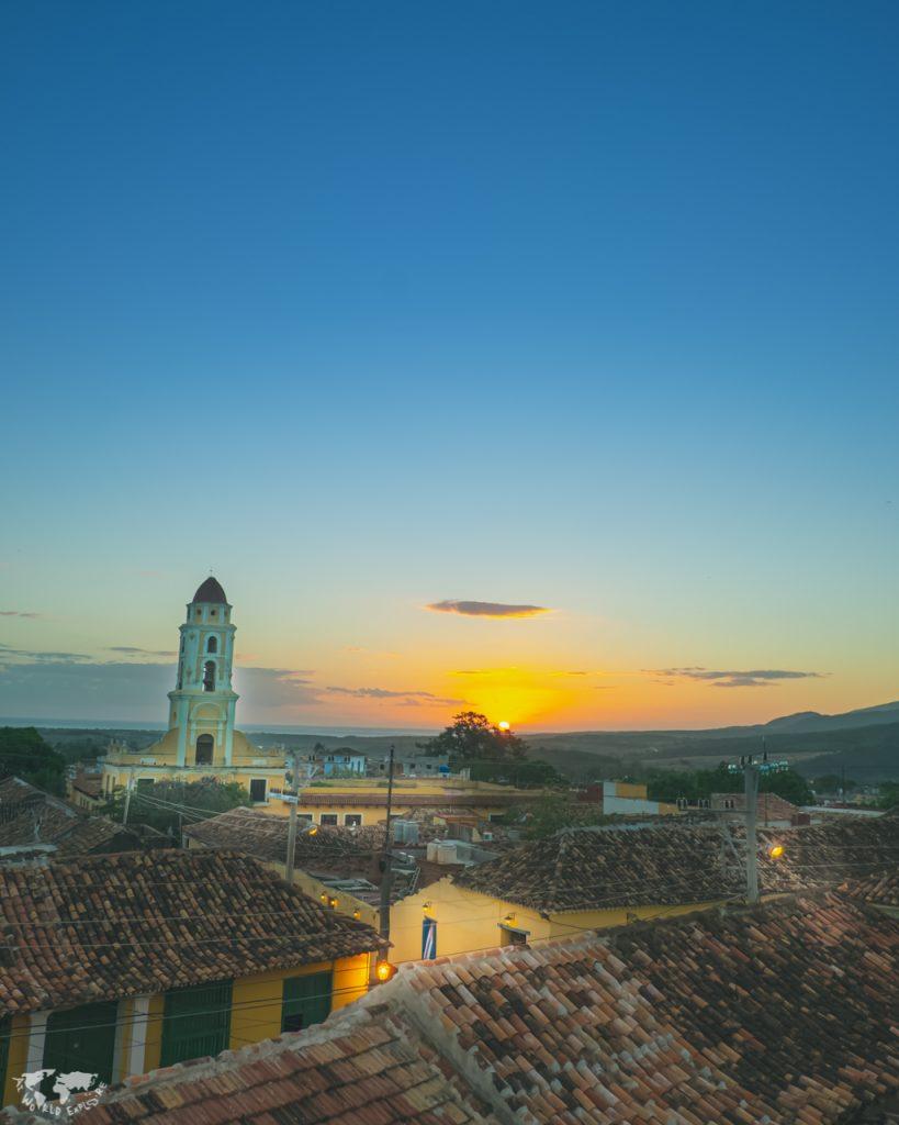 キューバトリニダの屋根瓦と教会