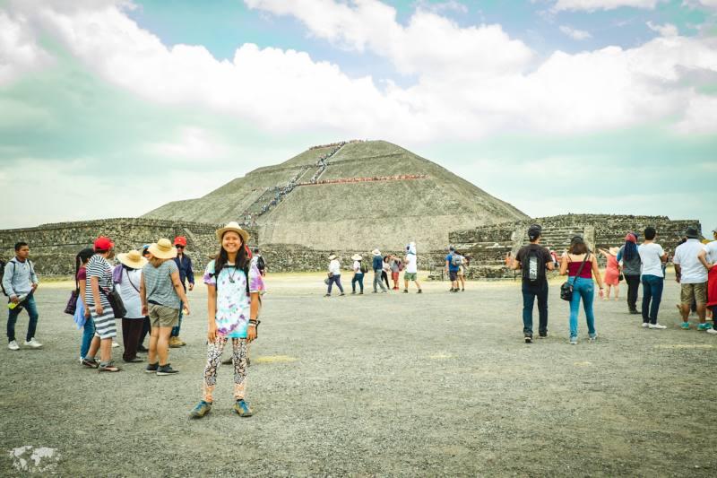 テオティワカンのピラミッドの前