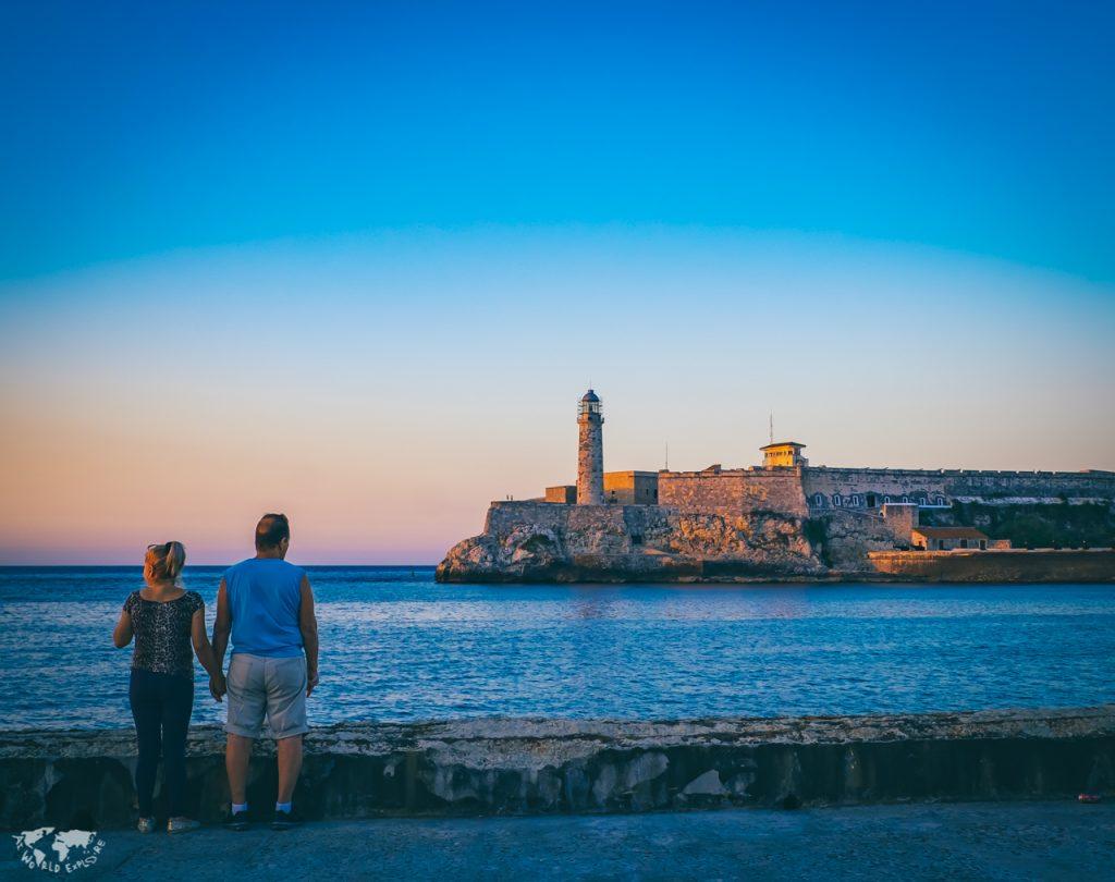 ハバナのモロ要塞と中年カップル