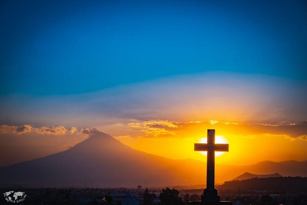 ポポカテペトル山と十字架と夕日