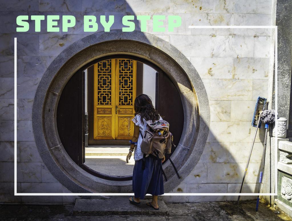 """ベトナムのお寺の丸いドア""""step by step"""""""