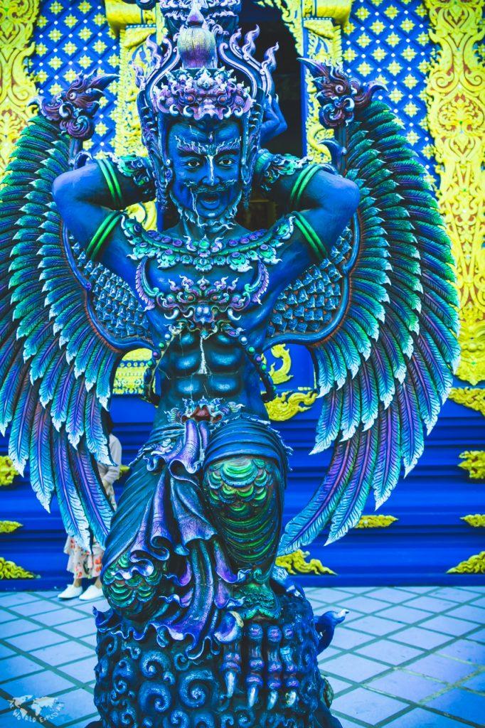 """チェンライの""""青い寺""""の天使像"""