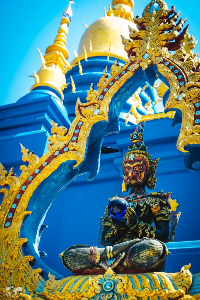 """チェンライの""""青い寺""""の仏像"""