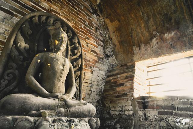 チェンマイのワットウモーンのトンネル内部の仏像