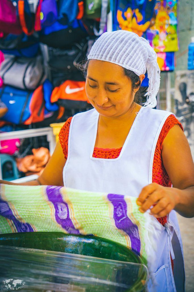 オアハカのテハテを売る女性