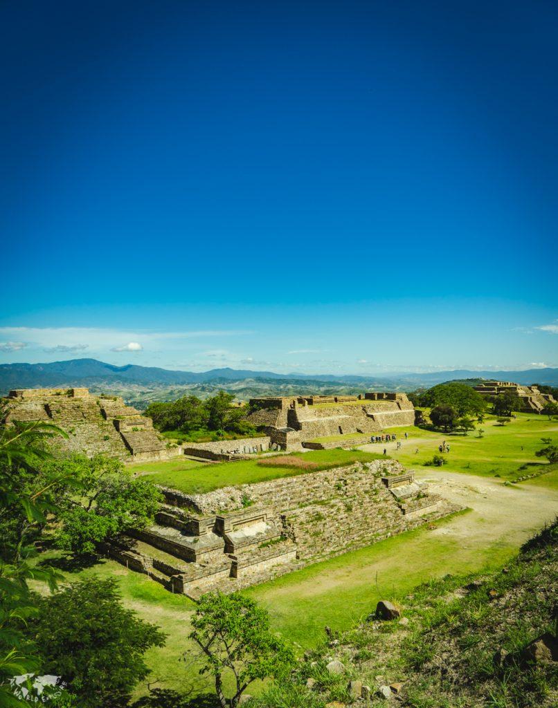 オアハカモンテアルバン遺跡の南プラットフォームからの眺め
