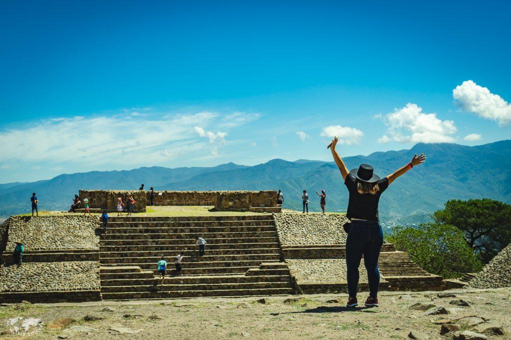 オアハカモンテアルバン遺跡のピラミッドの頂上と女性