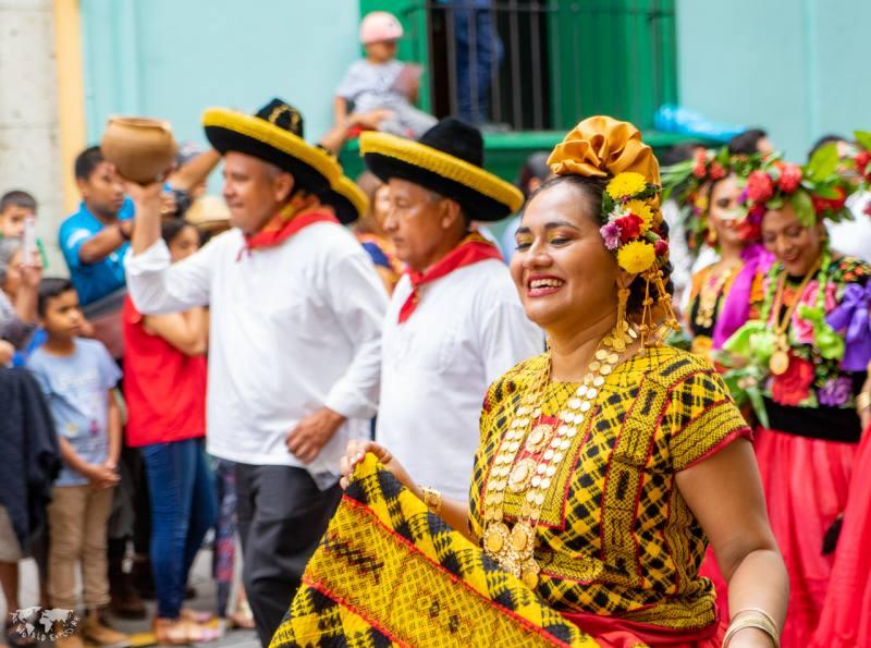 ゲラゲッツァ踊るオアハカの女性