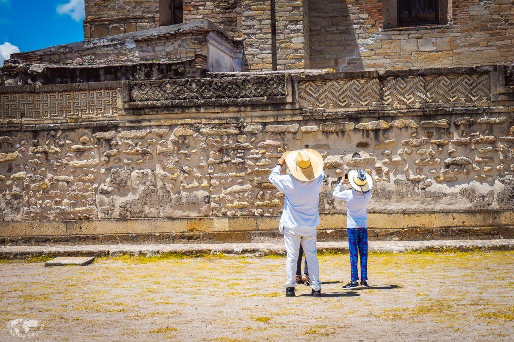 オアハカのミトラ遺跡と写真を撮る人々