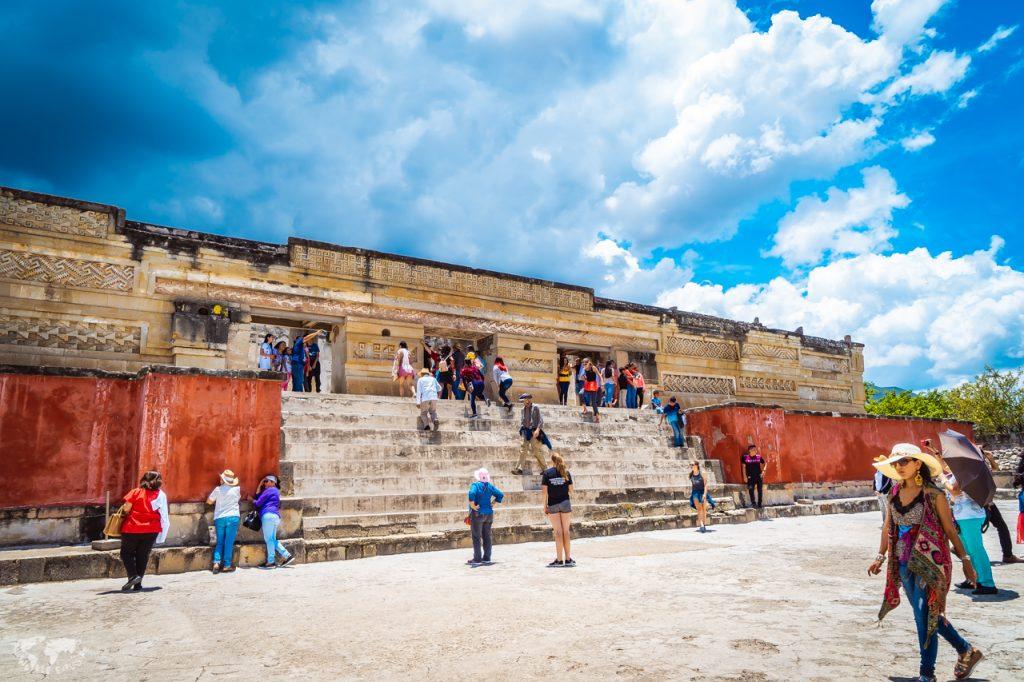 オアハカのミトラ遺跡神殿の前