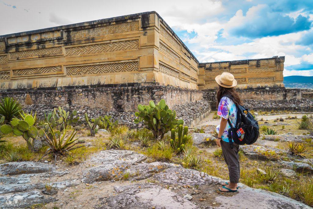 オアハカのミトラ遺跡と女性