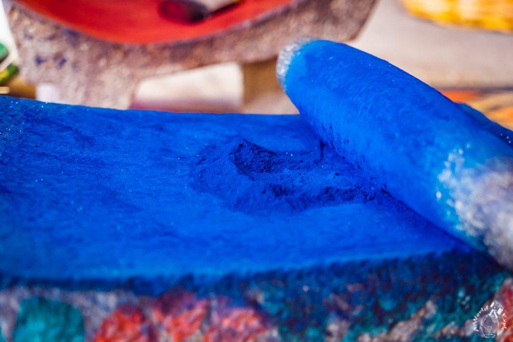 インディゴを石で粉にする